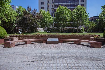 大学校园设施半圆型石椅图片