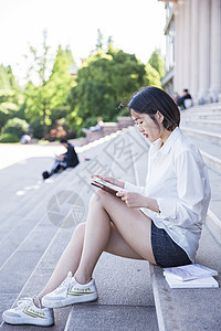 大学图书馆前清新女孩看书图片