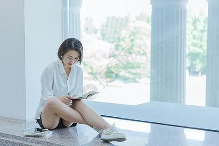 大学图书馆清新女孩学习读书图片