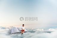 云端上看书的孩子图片