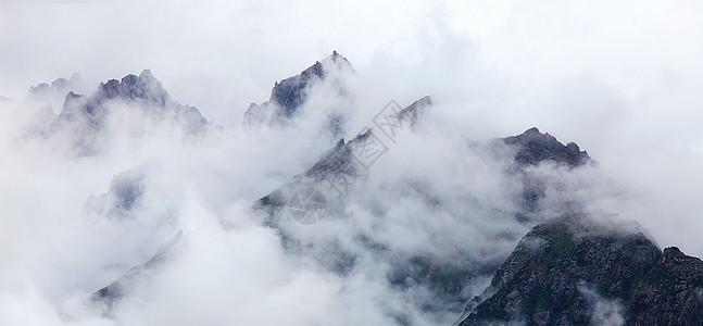 雾气弥漫的山峰图片