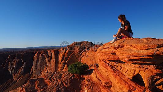 蓝天下的红砂岩图片