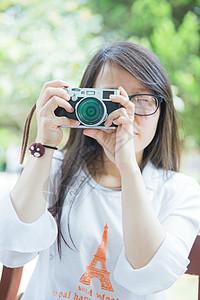 清新女大学生手拿相机图片