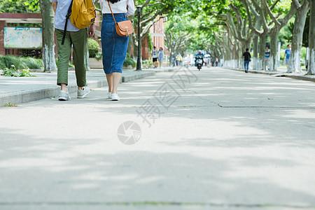 男女大学生走在路上脚部特写图片