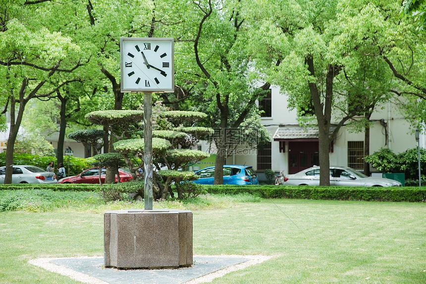 青春大学校园设施时钟建筑