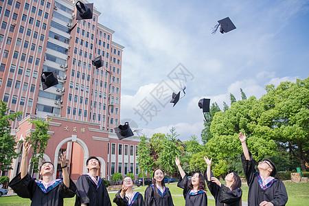 毕业季青春大学生们扔学士帽图片