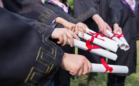 毕业季青春大学生们拿证书特写图片