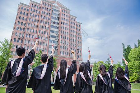 毕业季青春大学生们举证书背影图片