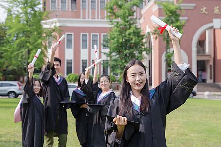 毕业季手拿毕业证的大学生图片