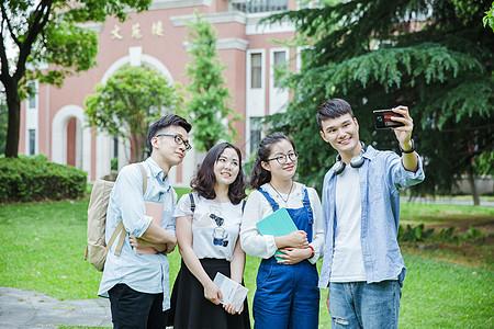 青春大学们在用手机自拍合影图片