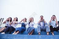 文艺青春大学生们举手呐喊图片