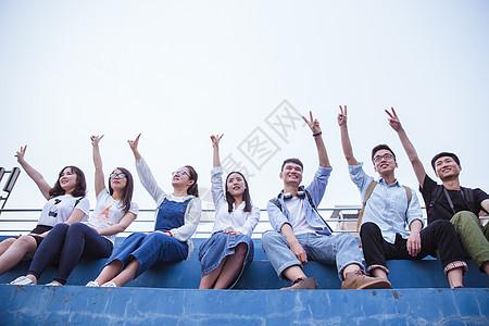 文艺清新大学生们毕业季举手比耶图片