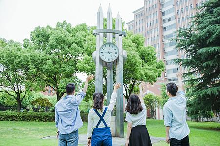 青春大学生们在向时钟挥手图片