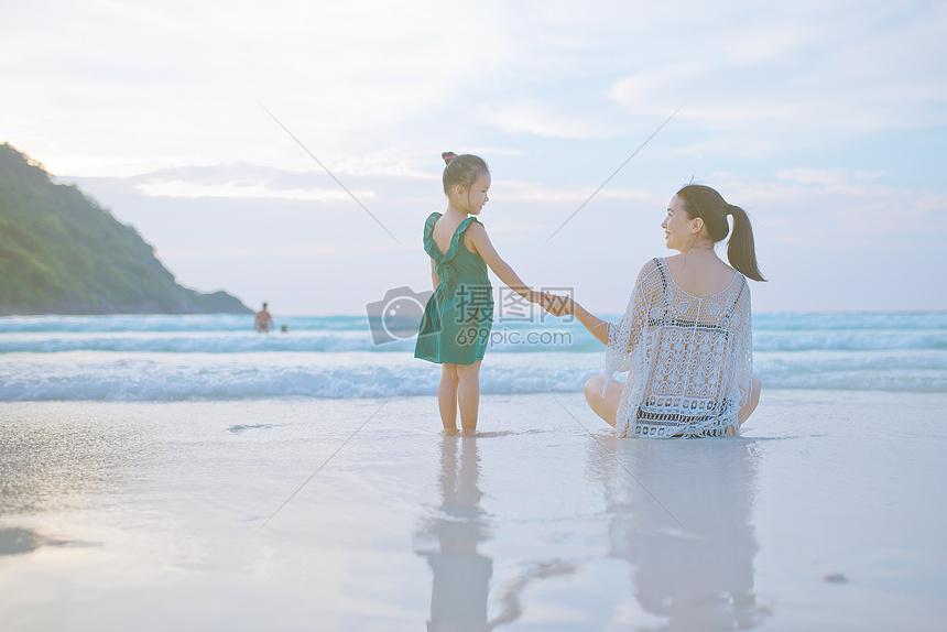 海边牵手的母子背影图片素材 免费下载 jpg图片格式 VRF高清图片