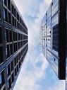 蓝天白云下的办公大楼图片
