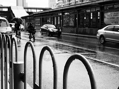 雨天上班的行人图片