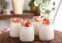 玻璃瓶里的草莓果粒酸奶图片
