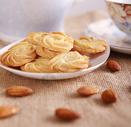 装在盘子里的黄油曲奇饼干图片