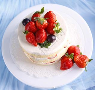 一个完整的双层奶油草莓裸蛋糕图片