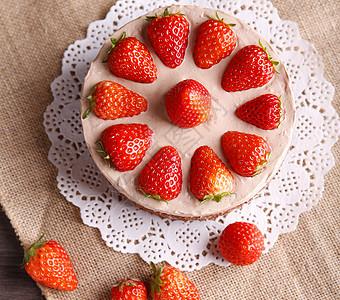 桌上的巧克力草莓裸蛋糕图片
