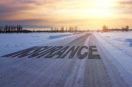 雪路面上字跟日出的美景图片