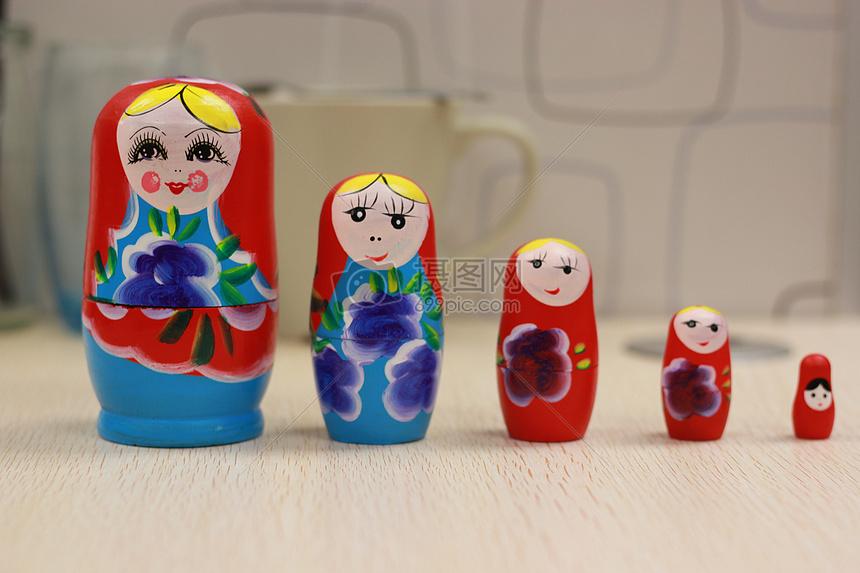 五个红色的俄罗斯套娃图片