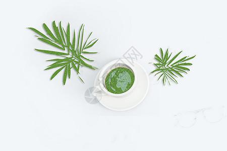 杯中的地球和绿叶图片