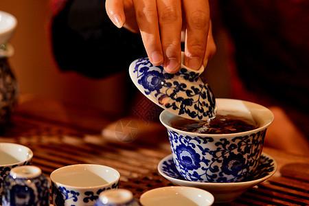 手端着盖碗茶杯喝茶图片