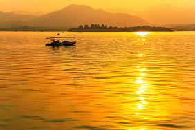金色夕阳洒满湖面图片