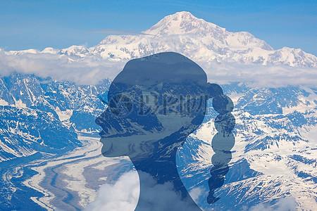 人与雪山图片