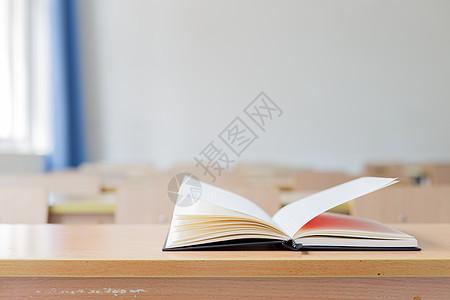 课桌上的书本图片