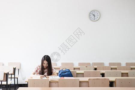 自习室里的女学生图片