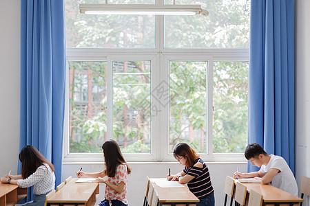 考试中的学生图片