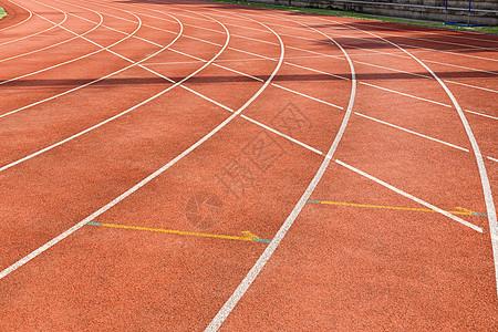 学校运动场的跑道图片