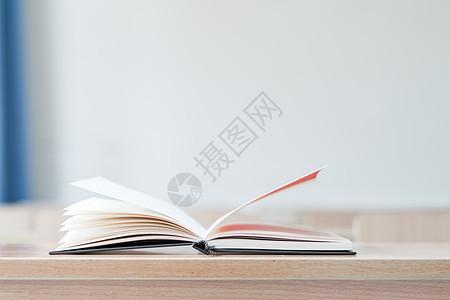 教室课桌上翻开的课本图片