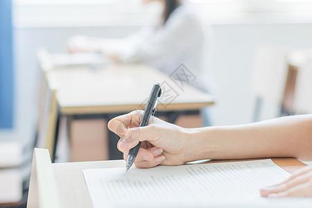 教室里认真做作业的同学图片