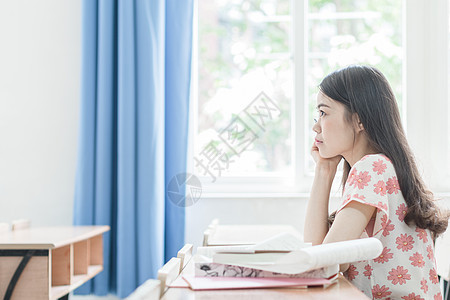 教室里认真听课的同学图片