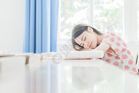 趴在桌子上睡着的同学图片