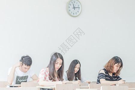 学生教室做作业考试练习卷图片