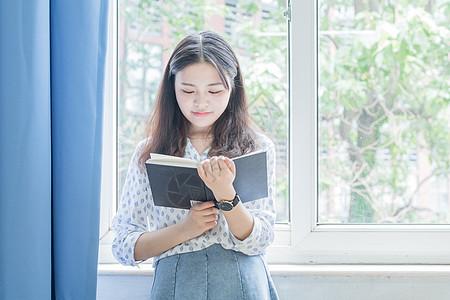 窗边教室看书的女孩图片