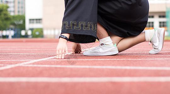 毕业季穿学士服跑道预备动作图片