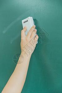 校园教室擦黑板特写图片