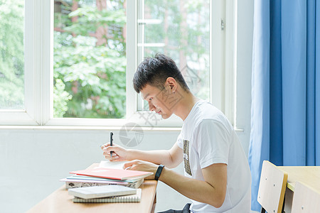 清新安静男生教室里写作业图片