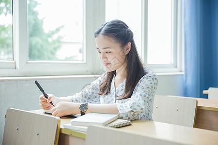 清新文艺女孩教室里写作业图片