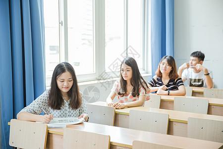校园教室同学们在写卷子图片