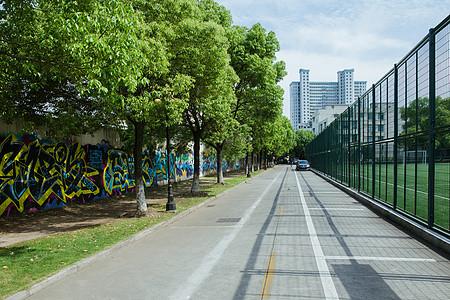 校园设施阳光足球场路图片