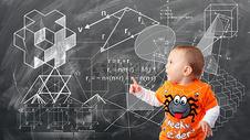 黑板前认真思考的宝宝图片