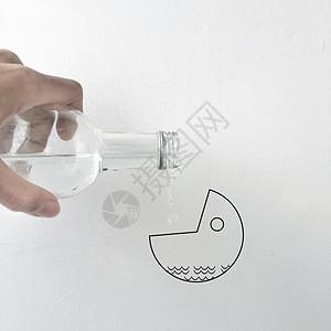 瓶子倒水 图片