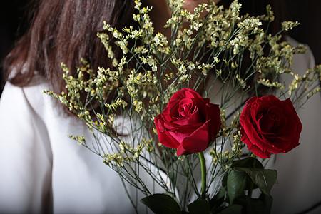 女生手捧玫瑰花图片