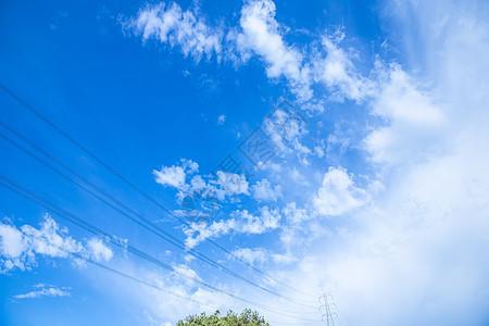 清新自然山上电塔蓝天白云背景图片